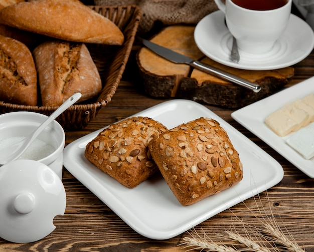 Vers zwart brood bedekt met zaden