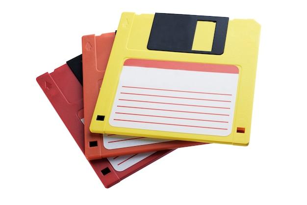 Verscheidene floppy disks van verschillende kleuren. oude aandrijving. geïsoleerd op witte achtergrond + uitknippad