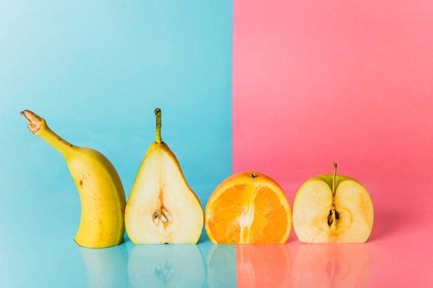 Verscheidene vruchten snijden in de helft