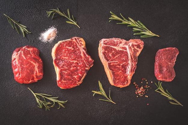 Verscheidenheid aan biefstuk op donker