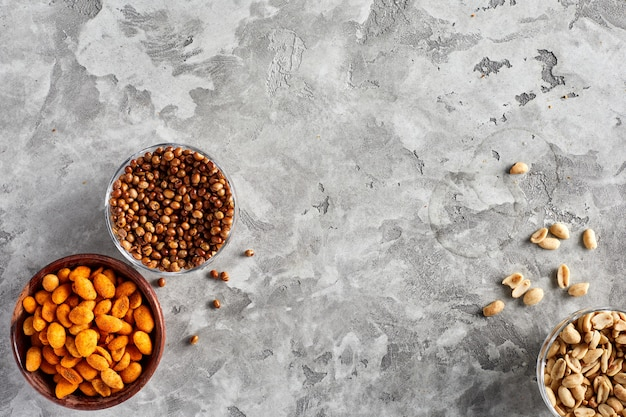 Verscheidenheid aan biersnacks op grijze achtergrond. kopieer ruimte