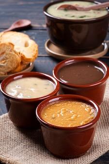 Verscheidenheid aan bouillons, bonen, cassave en groene bouillon. wintervoer