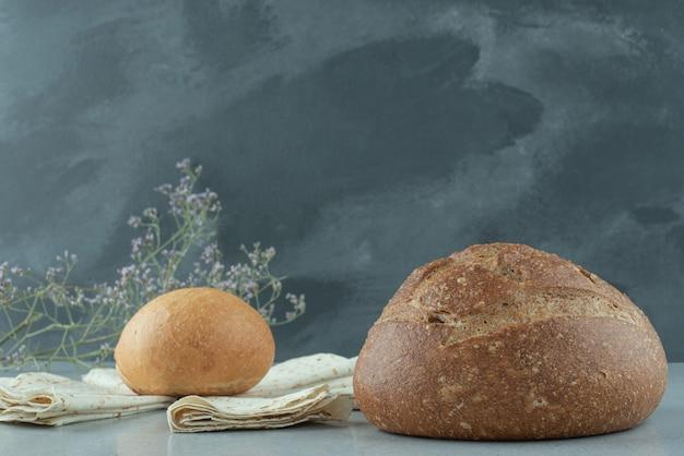 Verscheidenheid aan brood en lavash op stenen tafel
