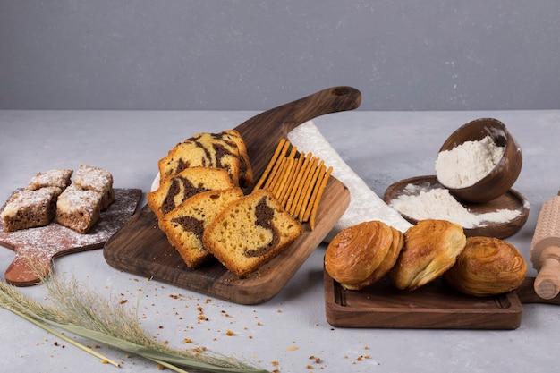 Verscheidenheid aan gebak en crackers op een houten bord