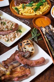 Verscheidenheid aan gegrild vlees en gerechten uit de spaanse keuken