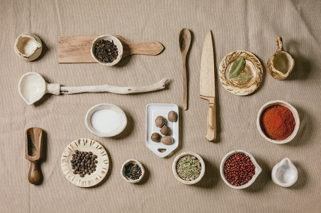 Verscheidenheid aan gerechten en kruiden en keukengereedschap Premium Foto