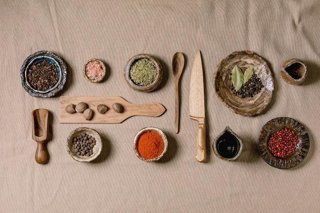 Verscheidenheid aan gerechten en kruiden en keukengereedschap
