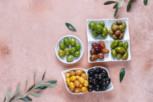 Verscheidenheid aan groene en zwarte hele olijven.