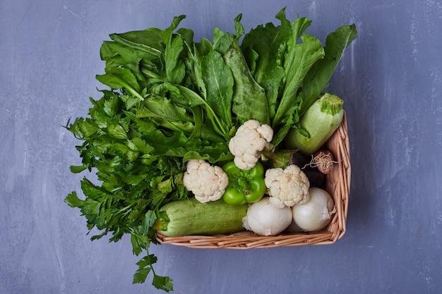 Verscheidenheid aan groenten op blauw
