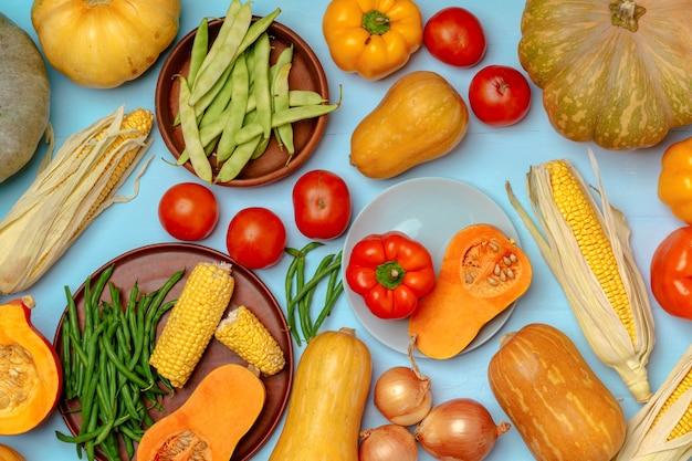 Verscheidenheid aan groenten, waaronder pompoenen