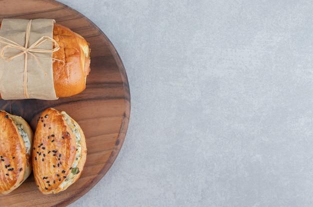 Verscheidenheid aan heerlijke gebakjes op een houten bord.