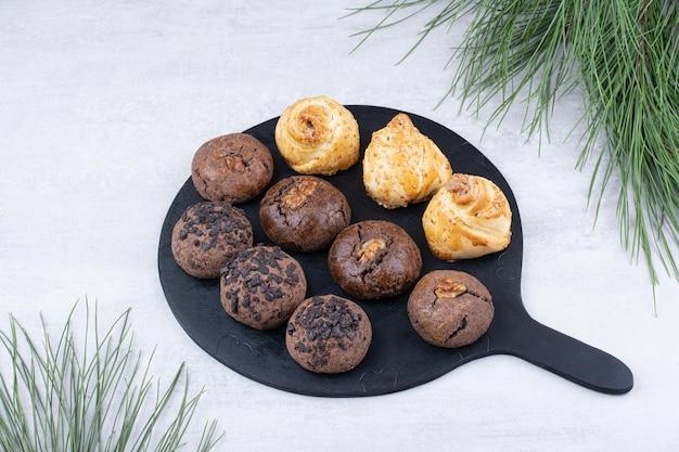 Verscheidenheid aan heerlijke koekjes op zwart bord. hoge kwaliteit foto