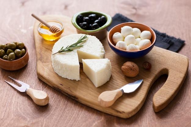 Verscheidenheid aan heerlijke snacks op een tafel