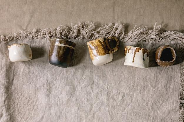 Verscheidenheid aan keramische kannen