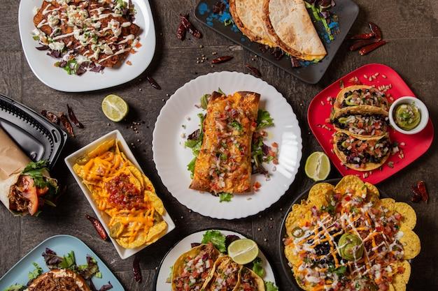 Verscheidenheid aan kleurrijke gerechten uit de typisch mexicaanse keuken. bovenaanzicht