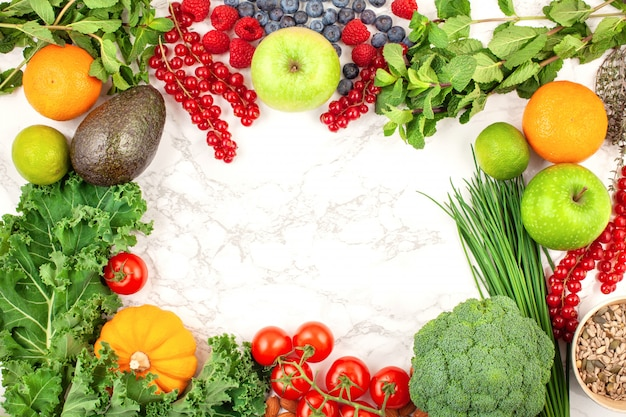 Verscheidenheid aan kleurrijke groenten en fruit
