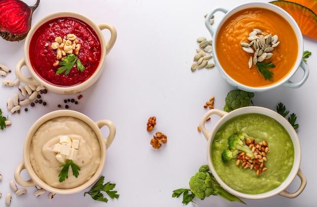 Verscheidenheid aan kleurrijke groenten roomsoep