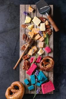 Verscheidenheid aan kleurrijke hollandse kaas
