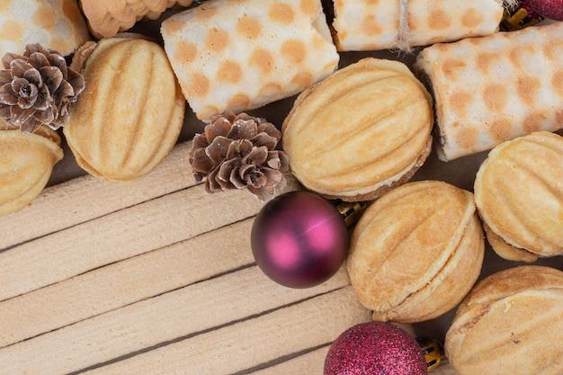 Verscheidenheid aan koekjes en kerstversieringen op close-up.