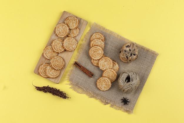 Verscheidenheid aan koekjes op een gele achtergrond