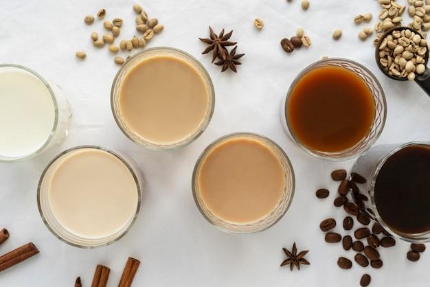 Verscheidenheid aan koffie op tafel