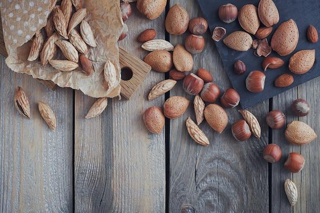 Verscheidenheid aan noten: amandelen, bergamandelen en hazelnoten op rustieke houten ondergrond