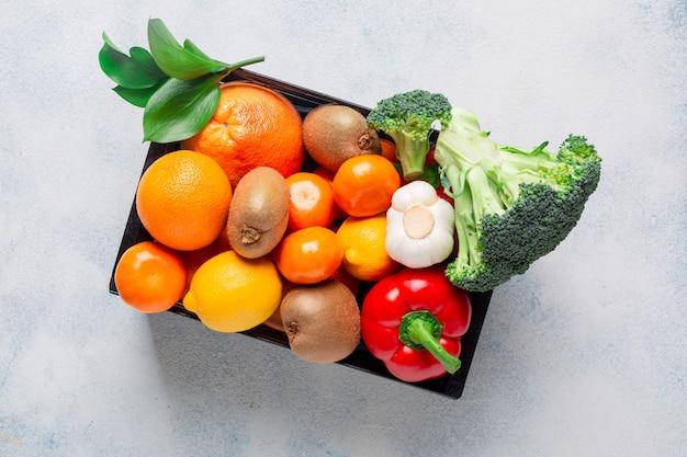 Verscheidenheid aan producten, groenten en fruit om de immuniteit te behouden in een zwarte doos op een witte achtergrond