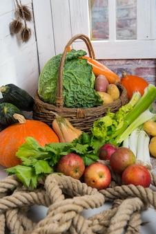 Verscheidenheid aan rauwe groenten tot kookpot au feu