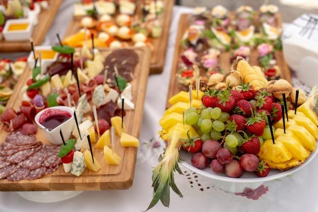 Verscheidenheid aan smakelijke heerlijke snacks op tafel