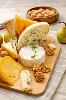 Verscheidenheid aan smakelijke kaas klaar om te worden geserveerd