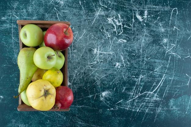 Verscheidenheid aan smakelijke vruchten in houten kist.