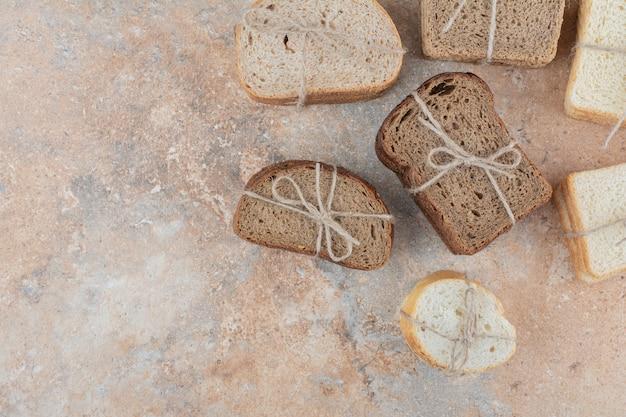 Verscheidenheid aan stapels brood op marmeren achtergrond
