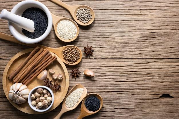 Verscheidenheid aan thaise en indiase kruiden en natuurlijke kruiden-supplementen