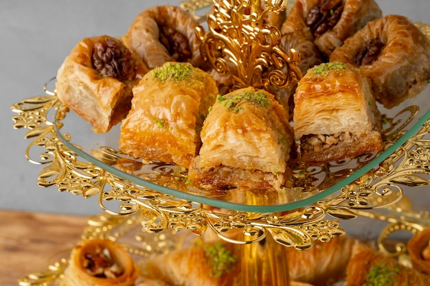 Verscheidenheid aan turkse desserts geserveerd op taartplateau