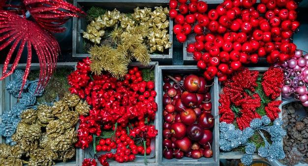 Verscheidenheid aan verschillende kerstboom- en geschenkversieringen.