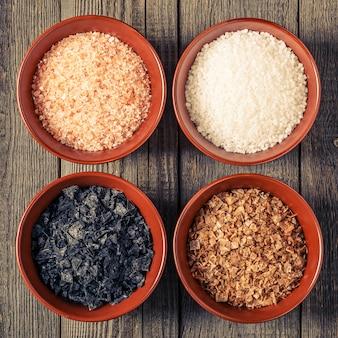Verscheidenheid aan verschillende zeezouten in keramische kommen.