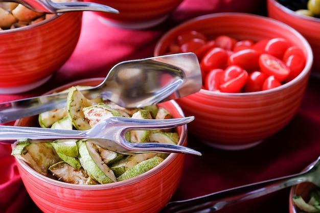 Verscheidenheid aan verse groenten in saladeplaten in het restaurant.