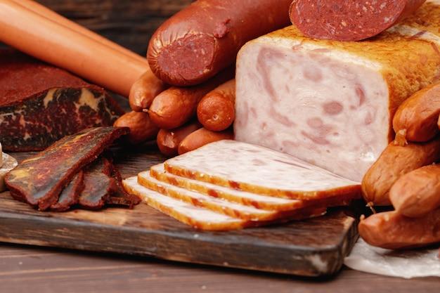 Verscheidenheid aan vlees- en worstproducten op tafel