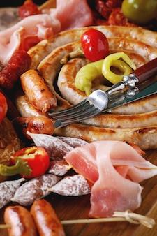 Verscheidenheid aan vleessnacks in pretzels