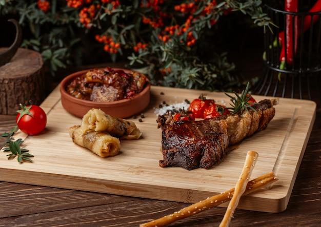 Verscheidenheid aan voedingsmiddelen gemaakt van rundvlees, broodjes, govurma en biefstuk.