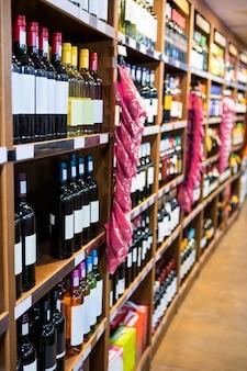 Verscheidenheid aan wijnflessen in de supermarkt sectie