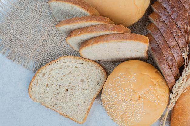 Verscheidenheid aan zelfgebakken brood op jute met tarwe. hoge kwaliteit foto