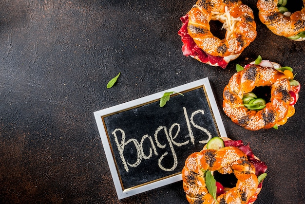Verscheidenheid aan zelfgemaakte broodjes bagels met sesam