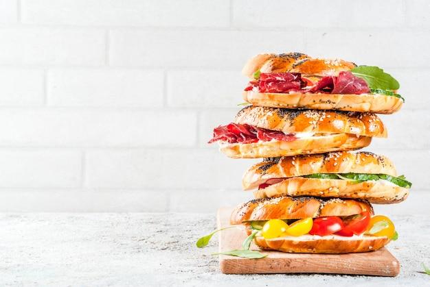 Verscheidenheid aan zelfgemaakte broodjes bagels met vlees en groenten
