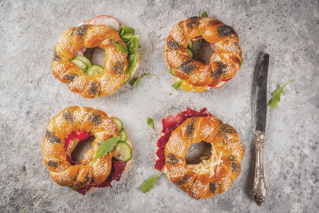 Verscheidenheid aan zelfgemaakte broodjes broodjes met sesam en maanzaad