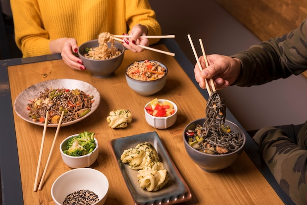 Verscheidenheid van aziatisch eten op tafel