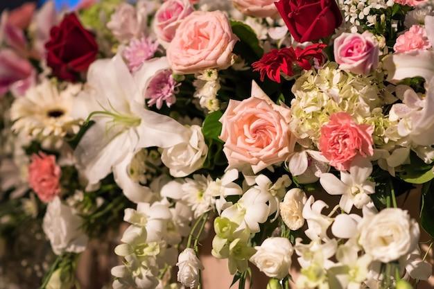 Verscheidenheid van bloemen die in huwelijksontvangst worden verfraaid