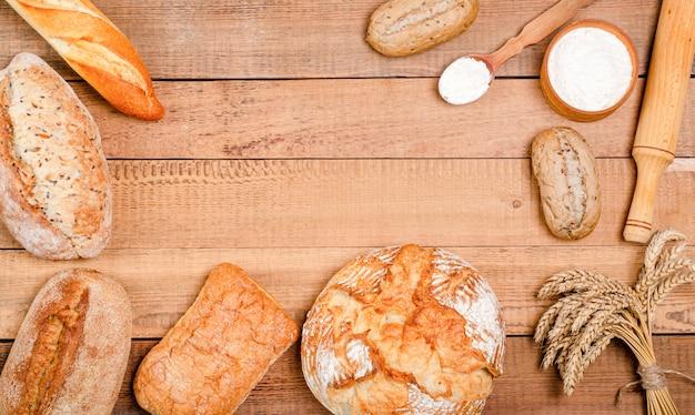 Verscheidenheid van brood en broodjes op houten tafel
