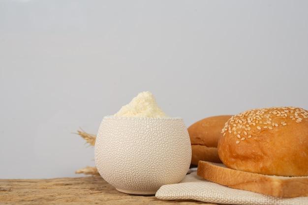 Verscheidenheid van brood op houten tafel op een oude houten achtergrond.