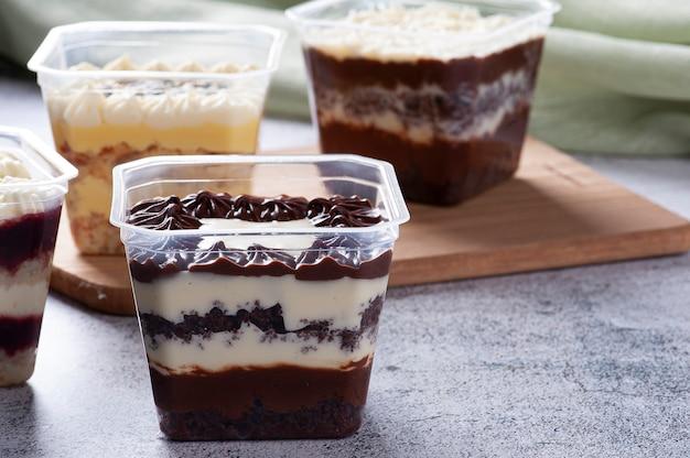 Verscheidenheid van cake in de pot voor levering. smaak van aardbei, passievrucht, chocolade en kokos. ruimte kopiëren